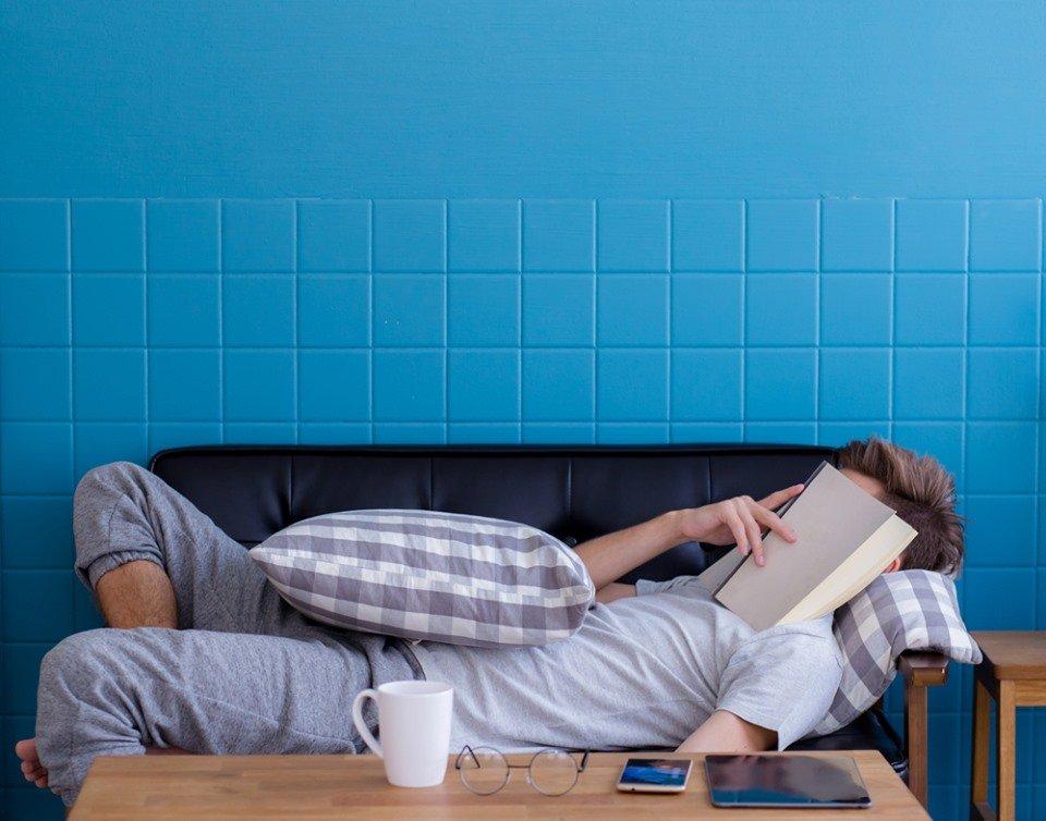 Ler dá sono: mito ou verdade?