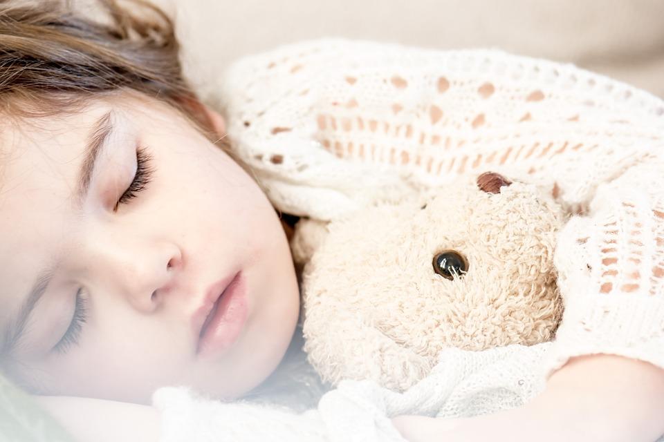 Quais são os sintomas da apneia do sono em crianças?